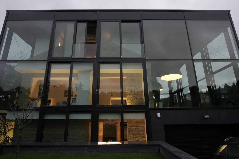 красивые фасады частных домов фото из стекла покупкой было